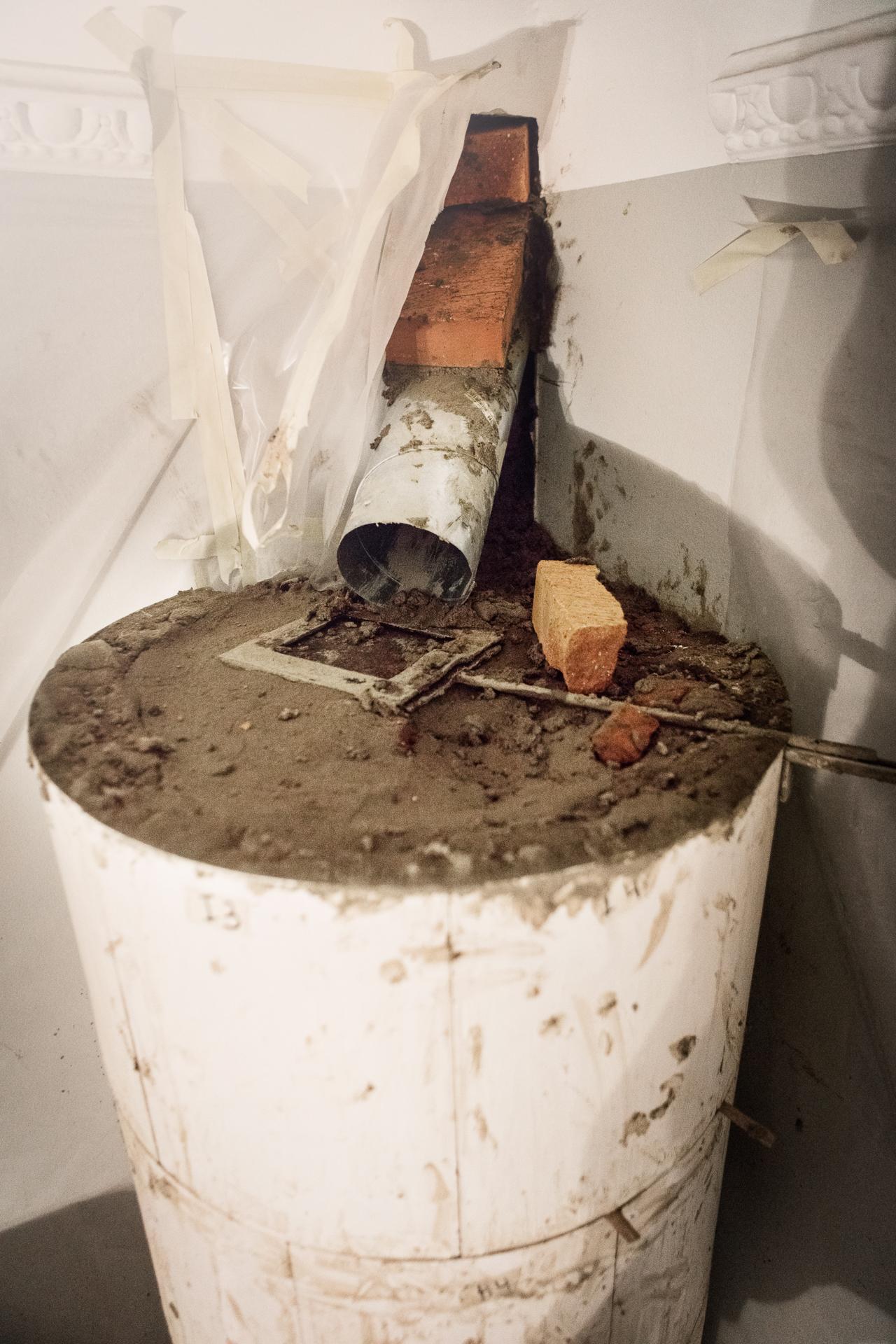 Anslutningshålet in i skorstenen är taget och spjället lagt.